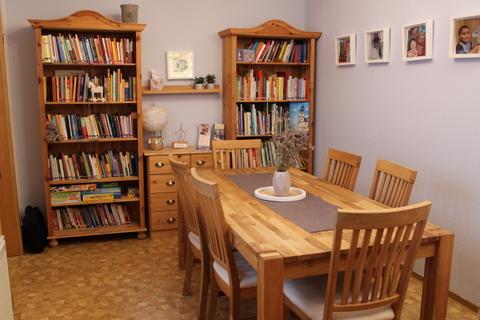 Elternbibliothek und Sitzecke im Elternhaus Elterninitiative krebskranker Kinder Erlangen e.V.