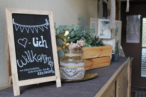 Herzlich-Willkommen-Schild im Elternhaus Elterninitiative krebskranker Kinder Erlangen e.V.